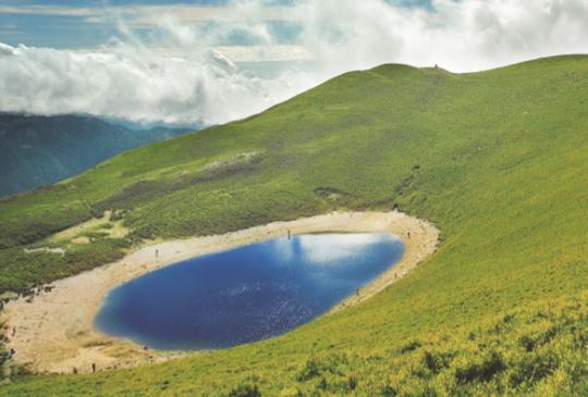 【夢幻山岳攝影景點!走訪「天使的眼淚」、「中央山脈的藍寶石」嘉明湖】