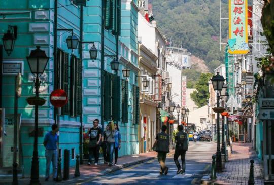 【暑假就到澳門玩,氹仔舊城區探索藝術、穿中式旗袍在葡式建築前街拍】