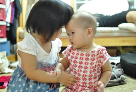 把孩子年齡生的近一點比較幸福還是隔開一段時間呢?