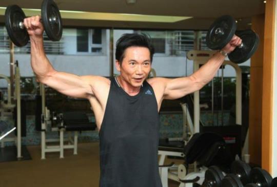 太帥了!半百型男鄒兆龍 健身秀肌肉照