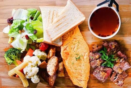 【木盤控請冷靜!4家「木盤上的早午餐」根本滿到掉出來!香煎牛肉、法式可頌、小鐵鍋和厚切雞腿怎麼每個】