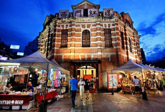 西門町觀光客、背包客棧最愛 吃喝玩樂千元還有得找