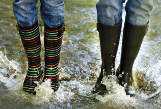 大雨狂炸「雨神同行」!鞋子濕掉的4招急救術