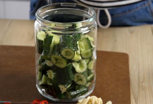 影音食譜:低糖低鈉依然爽脆飽滿的醋溜涼拌小黃瓜