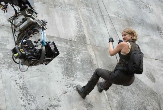 【新聞】《分歧者3:赤誠者》挑戰地心引力 90度攀牆沒在怕