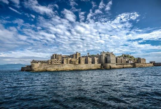 【佇立在海上的廢墟‧荒煙蔓草中的詭譎之美「軍艦島」】