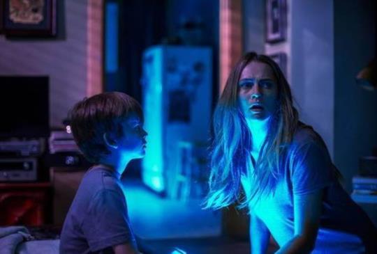 《鬼關燈》你凝視著黑暗,黑暗也凝視著你。