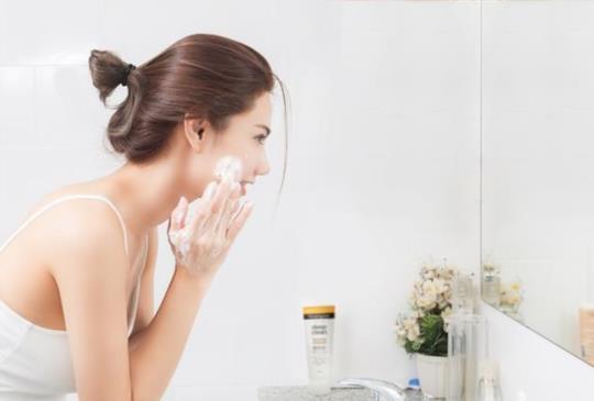 【專家教你破解三大潔顏迷思!甘油黃金比例溫和淨膚水潤UP!】