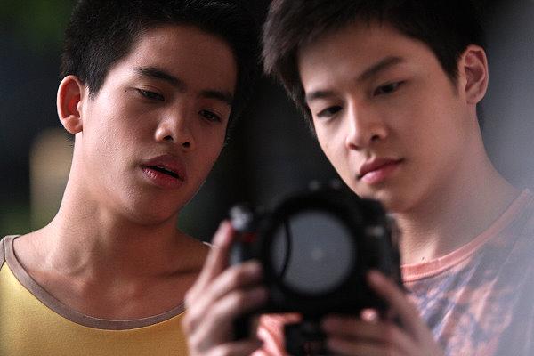 【擁抱幸福擁抱愛】劇照_本片擠進泰國電影票房第20名位置,主角之一的齊堤薩克(左)也將演出導演
