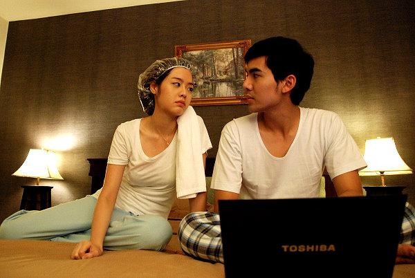 【愛情大凸搥】劇照_本片成為泰國影史最暢銷愛情喜劇,右為男主角辰塔維,左為女主角波麗雀亞