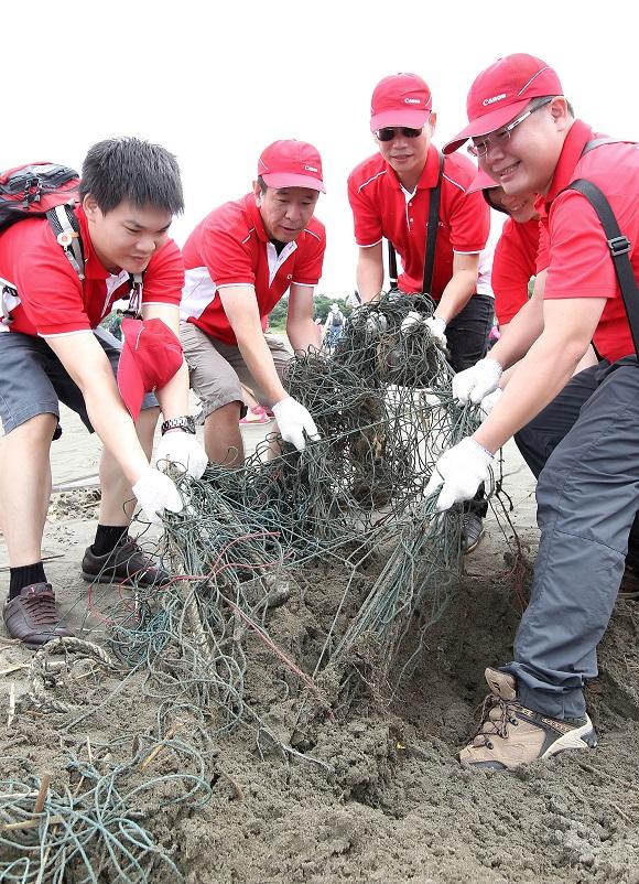 (圖說五) Canon企業志工在八里挖仔尾自然保護區沙灘上發現許多廢棄漁網,可見人為疏忽將造成海洋生