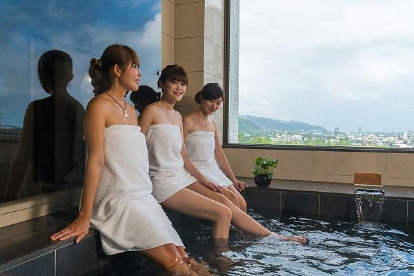 01歐式套房的湯池超大,讓好姊妹們一起泡湯順便看窗外蘭陽平原美景。.jpg