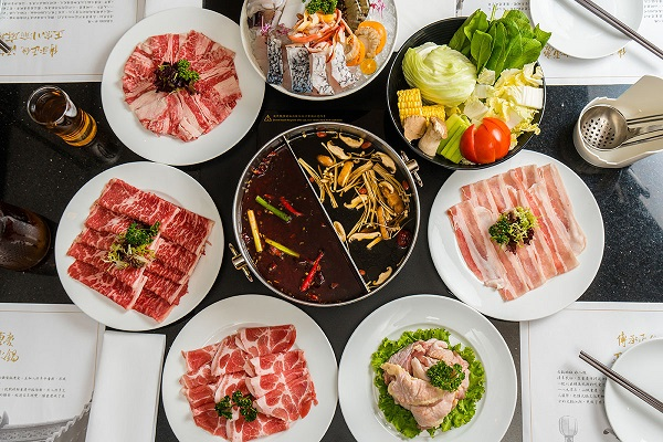 06煙波亭推出的鳳凰麻辣鍋最推薦麻辣鍋底,搭配肉盤吃到飽是冬日最棒的享受。.jpg