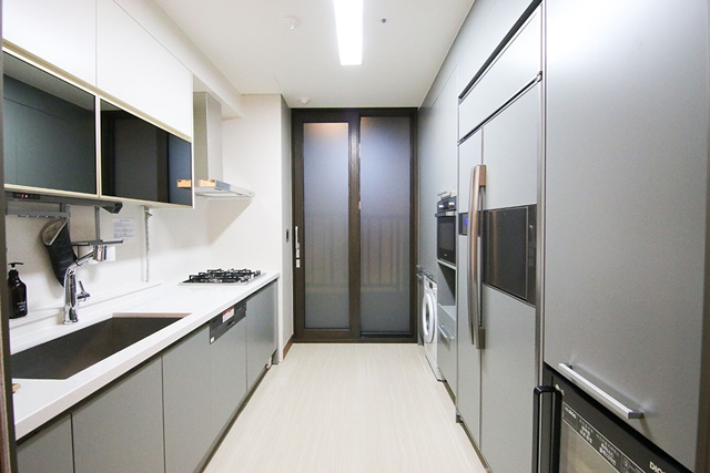 09套房內的設備一應俱全,連廚房裡的廚具、餐具都是完整備妥。.jpg