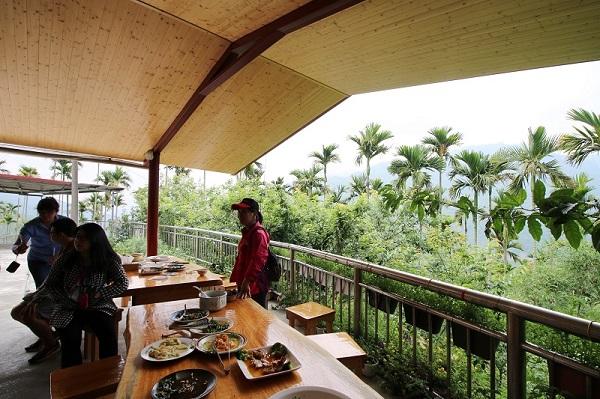 03-華姐野菜舖子-半露天的用餐環境,可在山風輕拂中享受野菜香氣.JPG