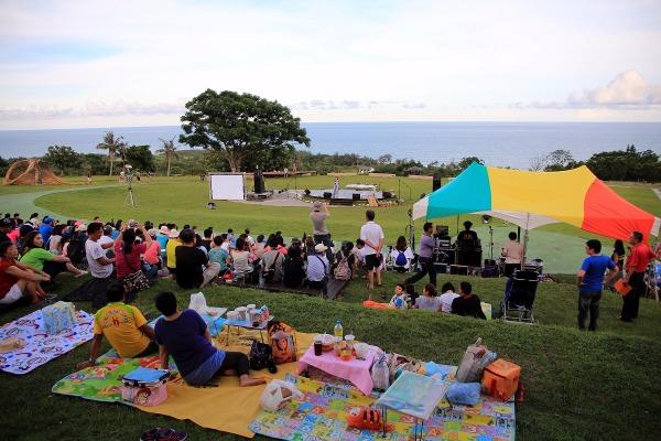 04.傍晚開始,旅人們陸續聚集在都歷遊客中心草地上,等待音樂會開始。_resized.jpg