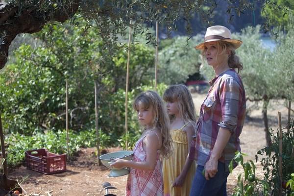 001【愛在午夜希臘時】劇照_茱莉蝶兒(右)片中帶著雙胞胎女兒到果園摘番茄,享受天倫之樂 (複製)