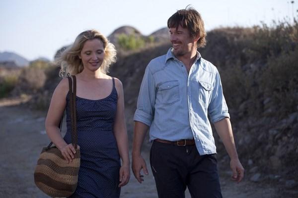 003【愛在午夜希臘時】劇照_茱莉蝶兒(左)與伊森霍克這對影史經典情侶檔,這回將在片中遇到更多現實生