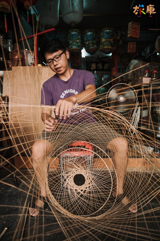 圖3<唐嘉興老師坐在店面專心地編織竹燈籠>