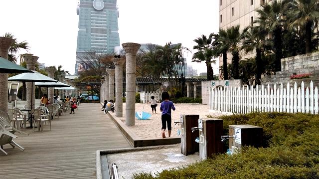 台北市政府戲沙-flickr.jpg