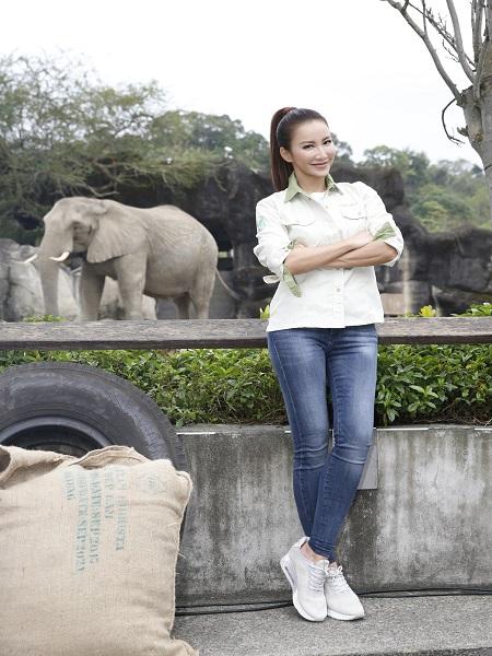 CoCo李玟親自照顧大象一日吃、喝、拉、撒沒在怕,直呼:「美夢成真!」.jpg