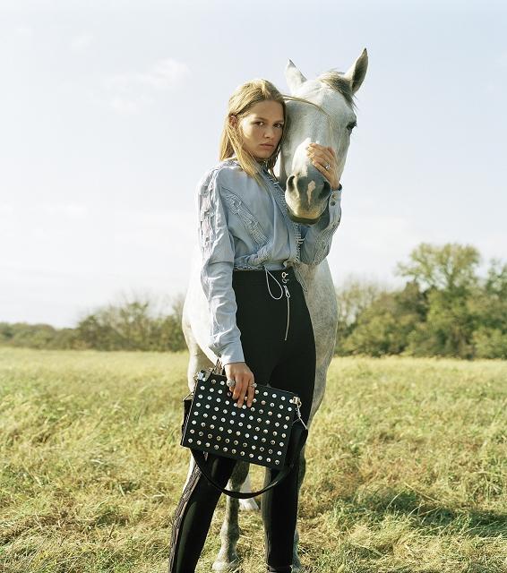 (013) Versace春夏形象廣告包款 - Stardvst黑色鉚釘裝飾手拿包 NT$42,50