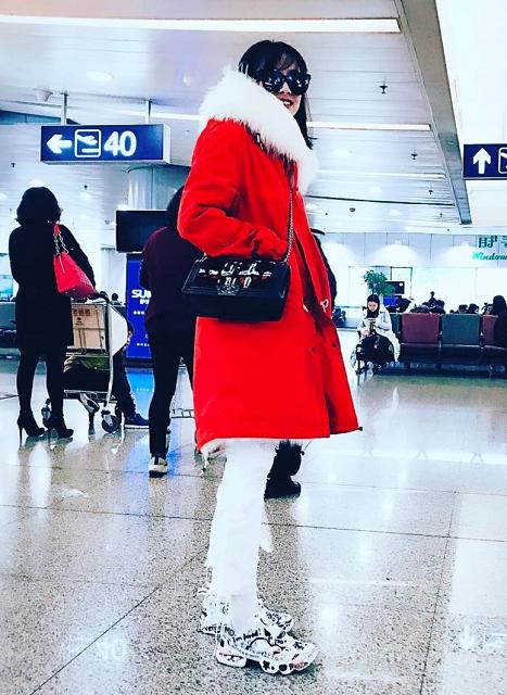 (021) 宋茜穿著Vetements × Reebok聯名款InstaPump Fury運動鞋,N