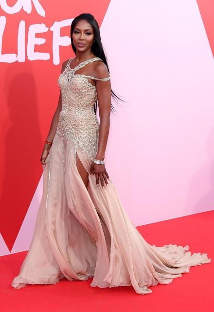 (001) 超級名模娜歐蜜坎貝兒(Naomi Campbell)穿著Atelier Versace