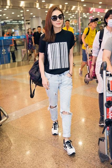 (003) 170903-Ella Chen wearing HOGAN H222 at airpo