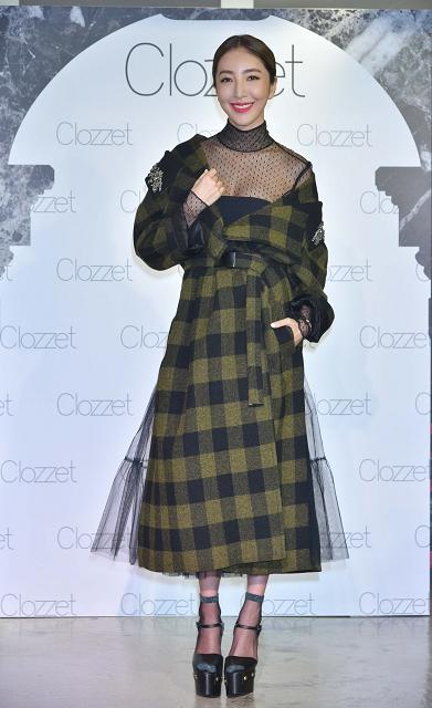 (004) 楊謹華今(20日)出席Clozzet 秋冬新品發表會,以性感蕾絲上衣外搭帥氣落肩大衣,展