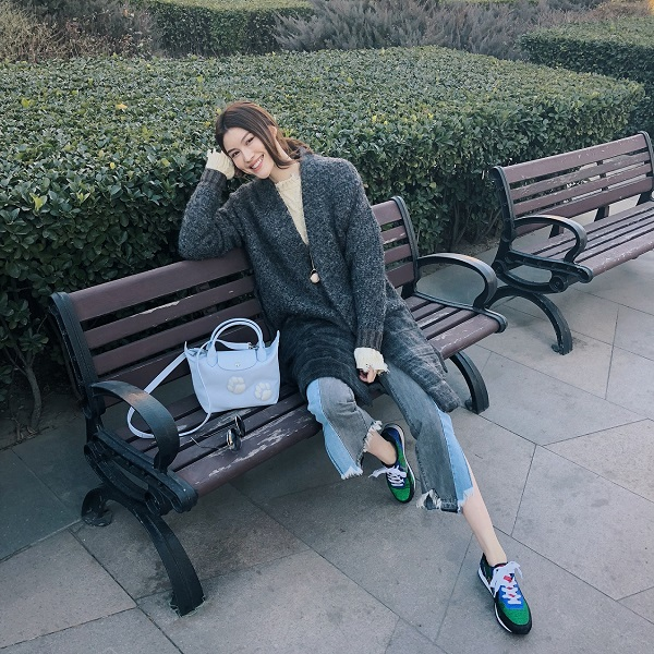 中國超模何穗選戴天空藍款式Longchamp Le PliageR Cuir系列 狗年限定淺藍手袋,