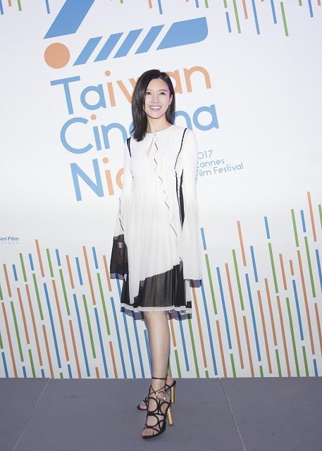 (008) 中國女星楊子姍小姐穿著Ferragamo2017早秋VINCI黑色羊麂皮高跟涼鞋出席第7