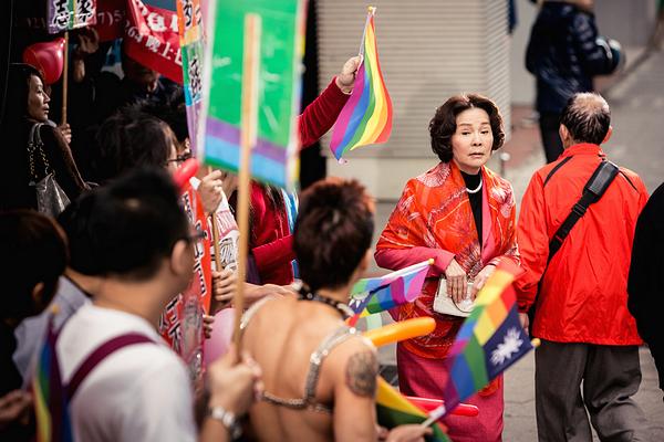 華聯提供02「滿月酒」劇照-歸亞蕾穿梭於同志遊行間.jpg
