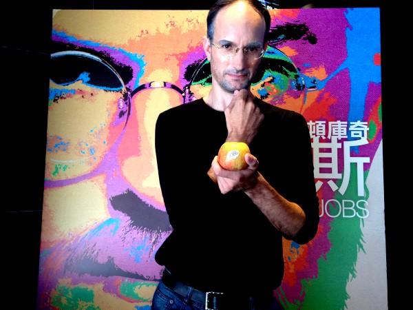 賈伯斯分身柯俊希現身媒體試片發蘋果