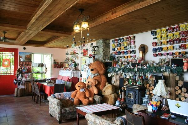 圖五:清境白熊民宿從沙發、壁爐、到桌上的小燈飾,都透露著歐洲鄉野的氛圍.jpg