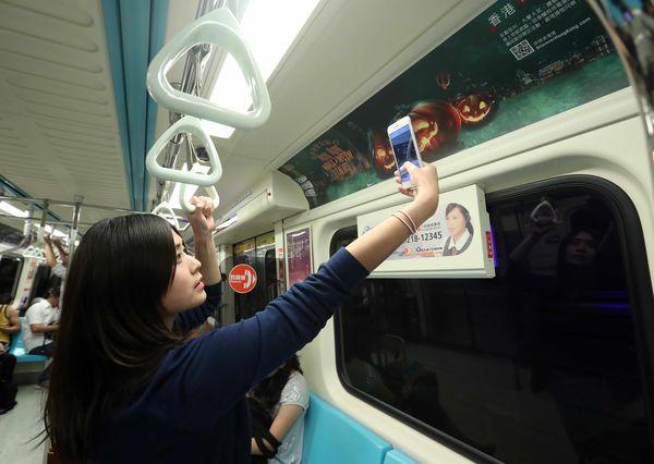 3.香港萬聖節主題列車,掃描QR code可獲得行程優惠訊息。.jpg
