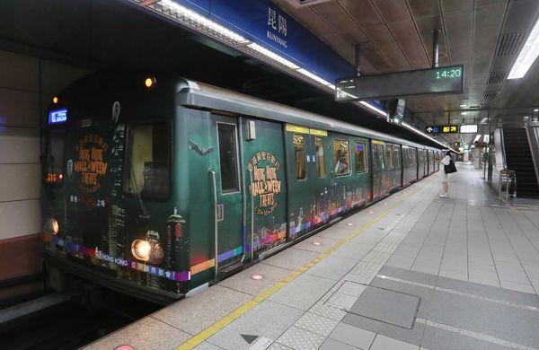 6.香港搞鬼列車宣傳香港萬聖節,進站時令人眼睛一亮。.JPG
