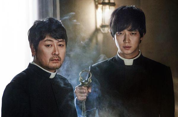 002【黑祭司】劇照_金允錫(左)、姜棟元(右)睽違六年再度合體演出,令人期待不已.jpg
