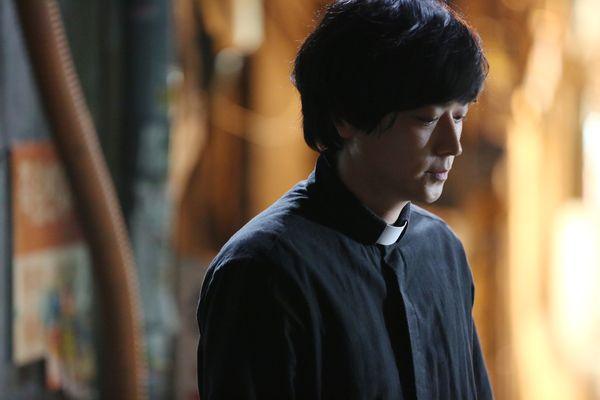 002【黑祭司】劇照_姜棟元在片中飾演輔助祭司,有許多精彩的內心戲展現.jpg
