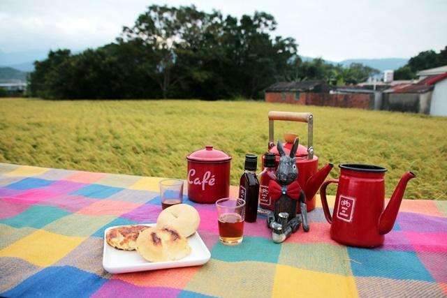 05.在田邊野餐,是阿洋和一群好友平常就會做的事。.jpg