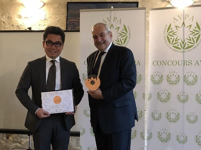 小茶栽堂創辦人黃世杰(左)與AVPA主席Philippe JUGLAR(右)合影.jpg
