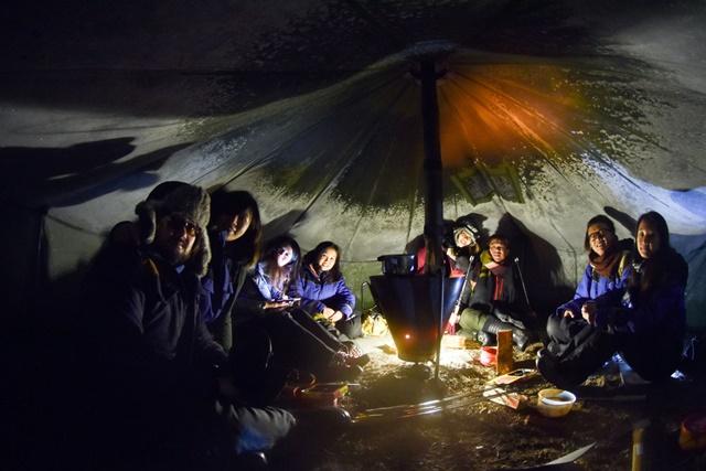 02.極光攝影團的成員在帳蓬內升火取暖,等待極光出現。.jpg