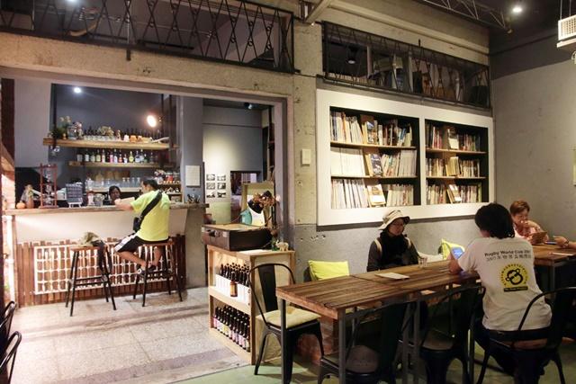 03.擺放許多書刊和桌椅,「走走池上」和旅人們分享空間。.jpg