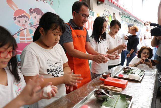 寶春師傅與學童一起製作紅龜粿 3.JPG