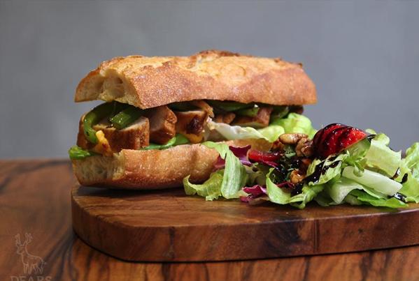 Dears Waffle & Cafe碳烤雞肉三明治.png