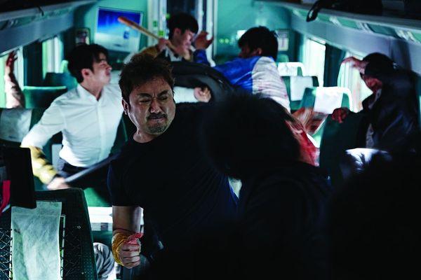 《屍速列車》馬東石與殭屍生死搏鬥.jpg