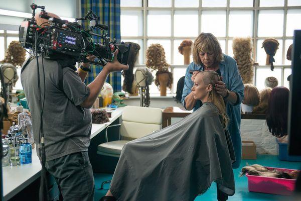 《已經很想妳》電影中的落髮戲由女主角東妮克莉蒂親自上陣,讓同片演員幫她剃頭.jpg