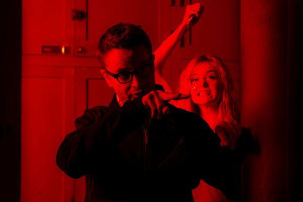 《霓虹惡魔》幕後花絮,圖前為導演尼可拉斯溫丁黑芬,圖後為艾兒芬妮.jpg
