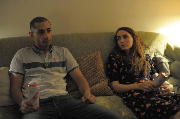 《最愛你的人是我》坎城影后魯妮瑪拉(右)光用眼神就讓英國新晉男星里茲阿邁德(左)凍未條.jpg