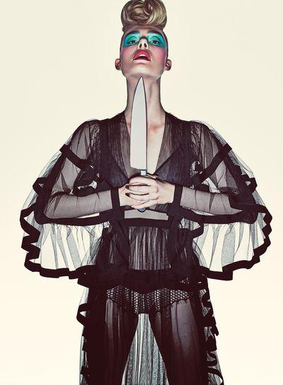 艾兒芬妮拍攝美國時尚雜誌《V》,展現時尚與驚悚暴力的結合.jpg